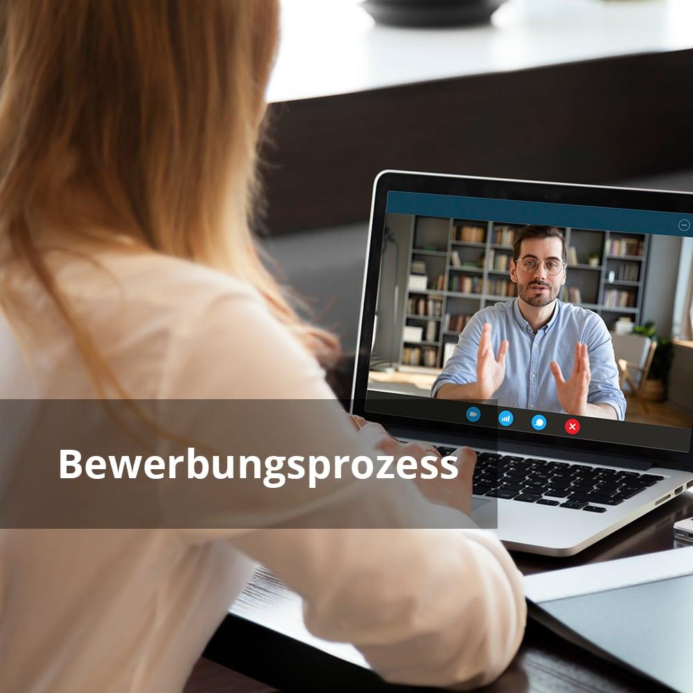Person in einem Skype-Call mit Text 'Bewerbungsprozess'