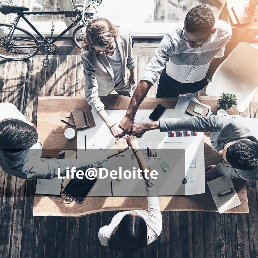 Personen um einen Tisch, die Hände zusammenhalten mit Text 'Life@Deloitte'